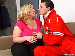 The car mechanic gets a reward for working on her vehicle and her BBW pussy is great