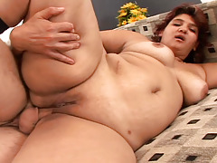 BBW gets fuck on a couch and this babe gets cream pie in here !
